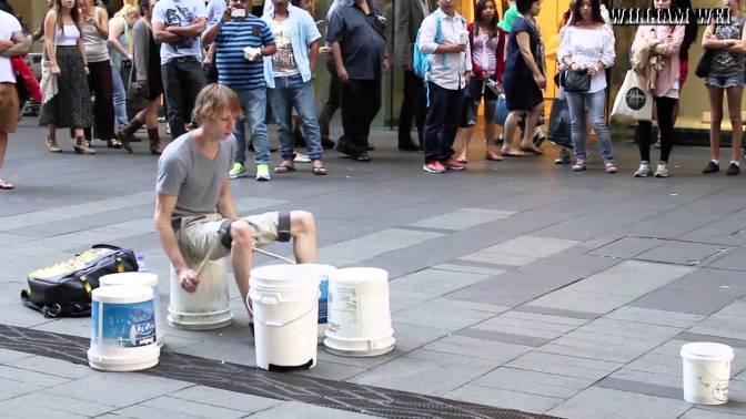"""Artista de rua da aula de """"batera"""" em baldes"""