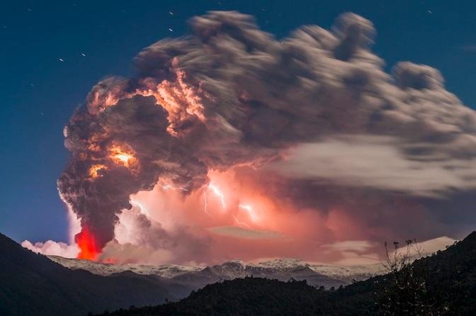 Imagens chocantes de uma erupção de um vulcão no Chile