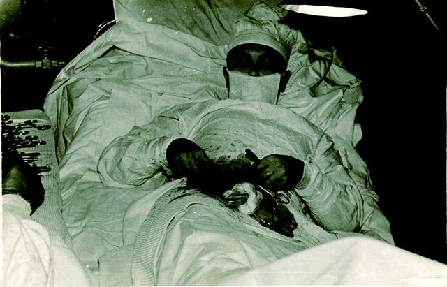 08 - Leonid Rogozov, o único cirurgião em uma expedição na Antárctica, realizando uma cirurgia em si mesmo depois de sofrer de apendicite. 30 de abril de 1961.