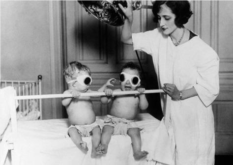 10 - Bronzeando bebês no Asilo de Órfãos de Chicago para compensar o raquitismo. 1925