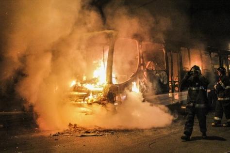 81134677-onibus-sao-queimados-depois-de-vexame-da-selecao-2389551322