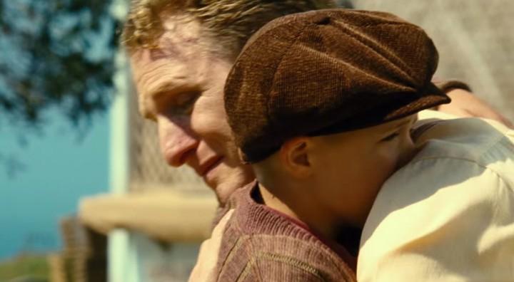 Cena da despedida de Pepper e seu pai em Little Boy.