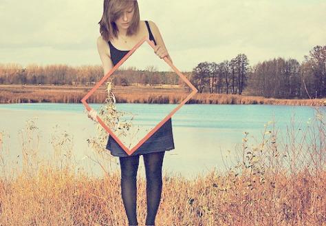 espelho e menina invisível no lado