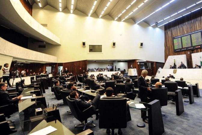 Deputados do Paraná lucram 107 mil reais com faltas abonadas